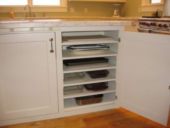 10 Ways to Organize Baking Pans4