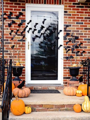 13 Spooky Halloween Porch Decorations4
