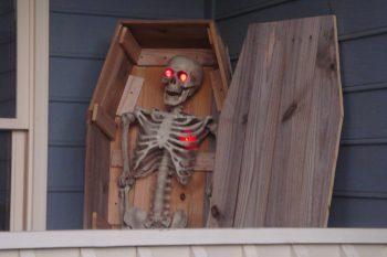 13 Spooky Halloween Porch Decorations9