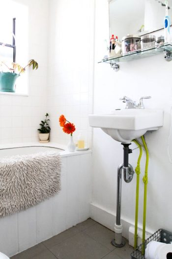 Easy Ways to Clean Your Jetted Tub| Clean Your Jetted Tub, Cleaning, Home Cleaning Hacks, Home Cleaning, Clean Your Bathtub, How to Clean Your Bathtub, Cleaning Tips and Tricks