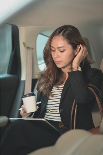 Some people spend their hours at work chained to a desk, but others do a lot of work on the go. For those of us who need to accomplish a lot in the car, mobile office organization tips help keep us on top of our working on the go game.