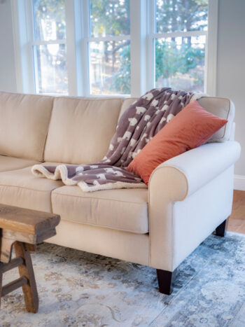 We all know how big of a pain microfiber can be to clean! Do you have a microfiber couch? You need to know how to clean a microfiber couch with some easy tips! It's easy to keep it looking good as new!